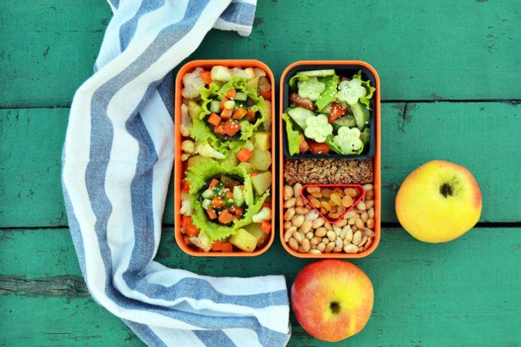 Рецепт бенто №103. Постный: картофель, фаршированные шампиньоны, салат и орехи