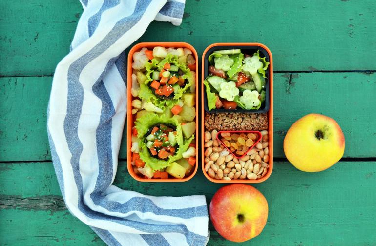 Постный: картофель, шампиньоны фаршированные овощами, салат и орехи