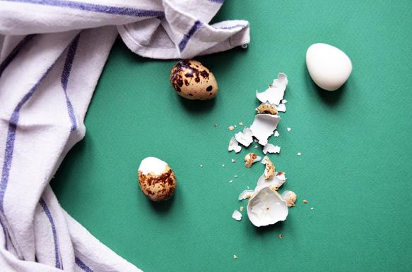 Чистим перепелиные яйца