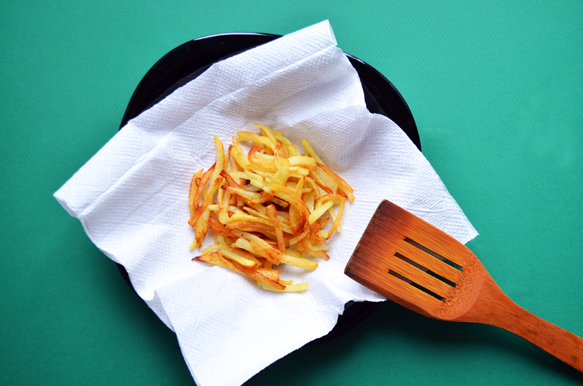 Жареный картофель оставляем остывать на бумажном полотенце