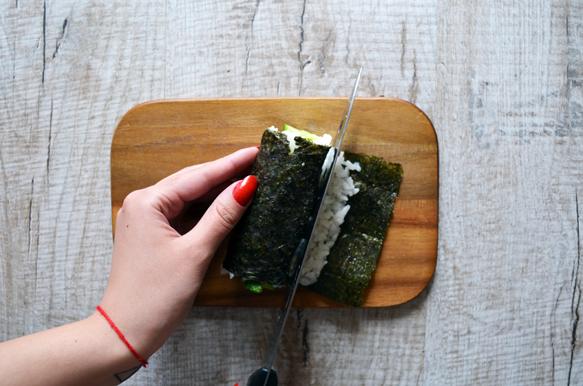 готовый суши ролл с огурцом