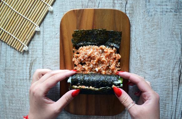 суши ролл с красным рисом и огурцом