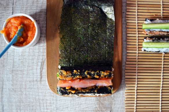 суши ролл с огурцом и красной рыбой