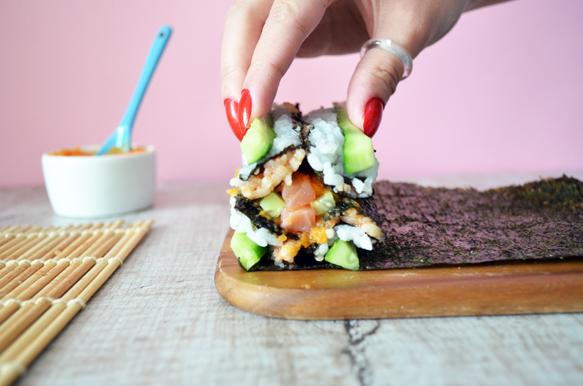 суши ролл мозаика с белым и красным рисом