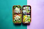 Рецепт бенто. Разноцветная паста с грибами и сметаной, овощной и фруктовый салаты