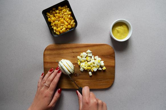 Начинка для онигири: яйцо, кукуруза и французский соус