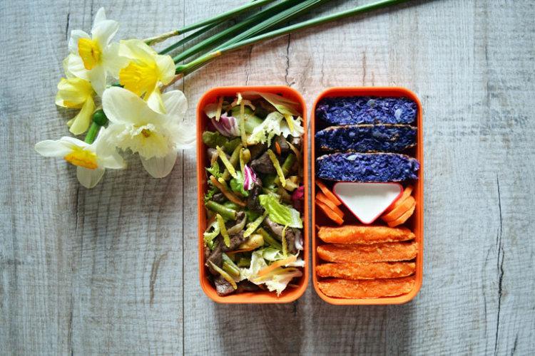Рецепт бенто №105. Тёплый салат с индюшиной печенью, капустные и морковные котлеты