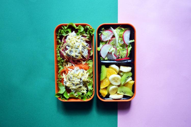 Рецепт бенто №106. Цветные «гнёздышки» из пасты с грибами, овощной и фруктовый салаты