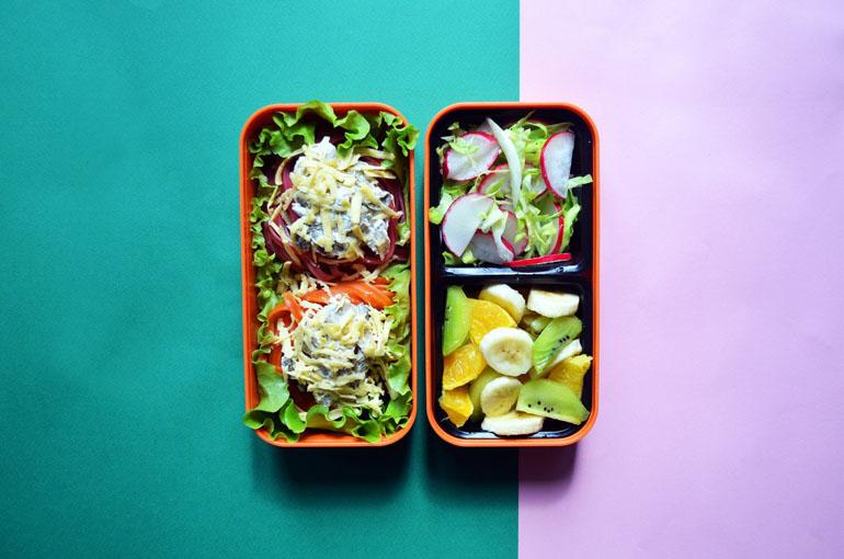 Рецепт обеда. Разноцветная паста с грибами и сметаной, овощной и фруктовый салаты
