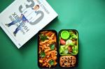 Бенто №109. Паста пенне, овощной салат и мини-пирог с черной смородиной
