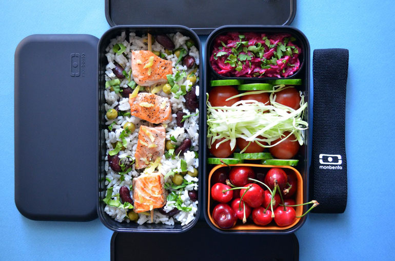 Рецепт обеда. Рис с фасолью и горошком, шашлычок из сёмги, овощи