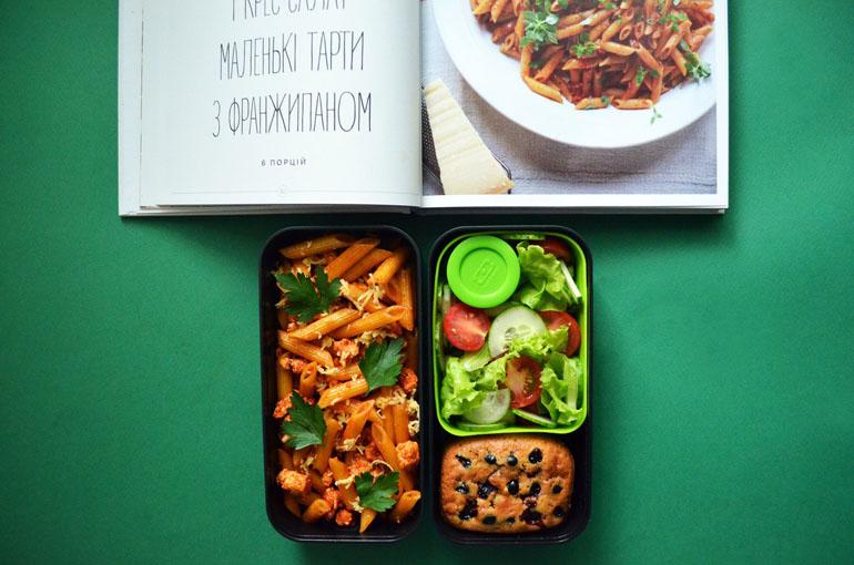 Рецепт обеда. Паста пенне, овощной салат и мини-пирог с черной смородиной