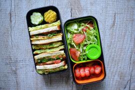 Рецепт бенто №107. Сэндвичи с сёмгой и омлетом, оладьи из кабачков, салат и клубничный пирог