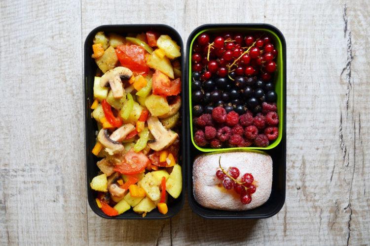 Рецепт бенто №112. Овощное рагу, творожная запеканка и ягоды
