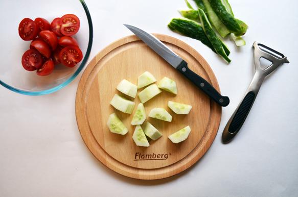 Приготовление салата с тунцом и сыром фета для бенто