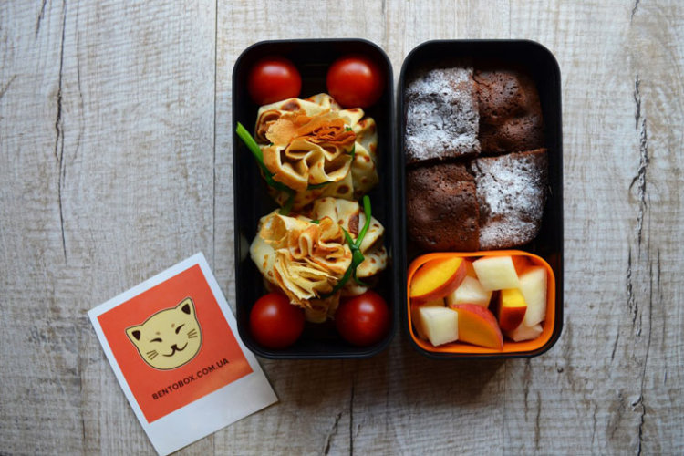 Рецепт бенто №114. Фаршированные блинные «мешочки», брауни и фруктовый салат