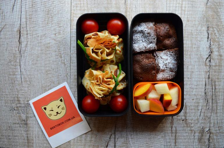 """Рецепт обеда. Фаршированные блинные """"мешочки"""", брауни и фруктовый салат"""