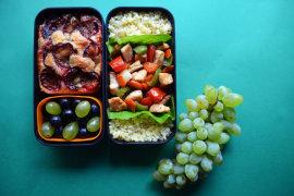 Рецепт бенто №118. Тушёная куриная грудка с овощами, булгур и сливовый пирог