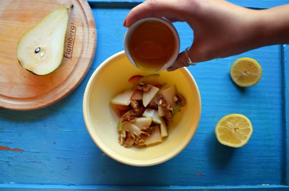Фруктовый салат с грушей, сливой, грецкими орехами и мёдом