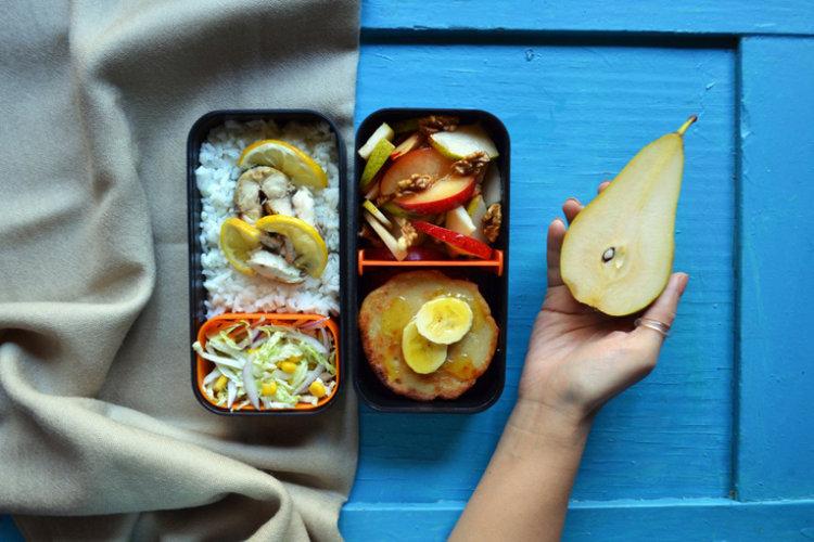 Рецепт бенто №122. Запечённая скумбрия с рисом, фруктовый салат и банановые сырники