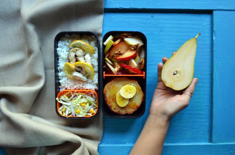 Рецепт обеда. Рис, запечённая скумбрия, фруктовый салат и банановые сырники