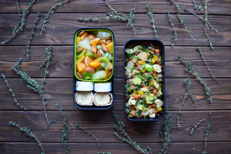 Рецепт бенто №126. Чечевица с овощами, фруктовый салат и сладкие мини-рулеты из лаваша