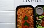 Рецепт бенто. Рисовая запеканка с курицей и грибами, салат и фрукты
