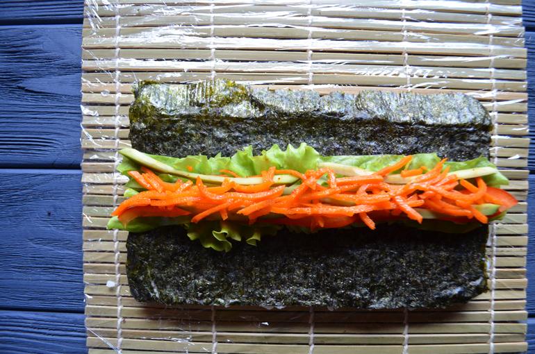 роллы с огурцом, сладким перцем, аводкадо, мокровкой по-корейски и салатом