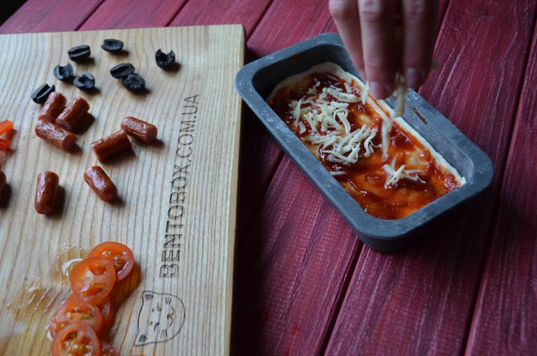 пицца с колбасками, помидорами, перцем и маслинами рецепт с фото